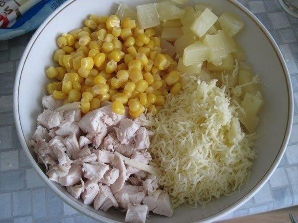 Салат из курицы с сыром и ананасом слоями