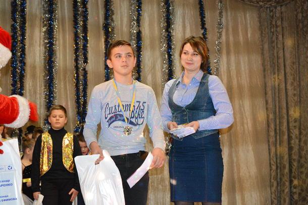 V Kramatorske v pos Jasnogorka junye talanty poluchili premii i sladkie prizy 11