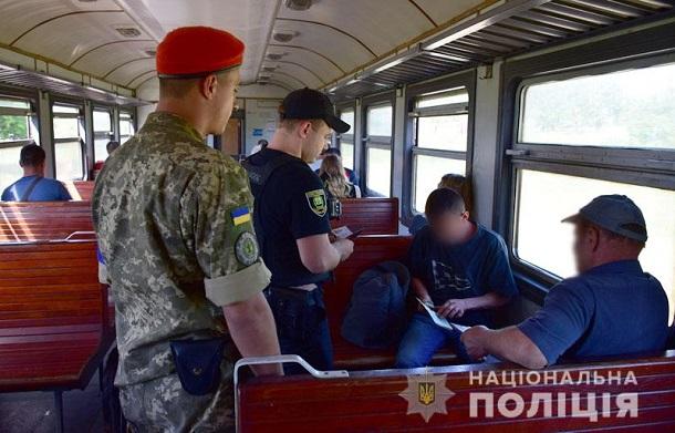 images201905Na zheleznoj doroge Doneckoj oblasti policejskie so sluzhebnymi sobakami budut iskat oruzhie i vzryvchatku.jpg 1