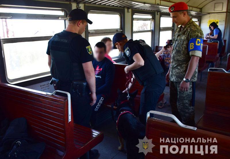 images201905Na zheleznoj doroge Doneckoj oblasti policejskie so sluzhebnymi sobakami budut iskat oruzhie i vzryvchatku.jpg 4
