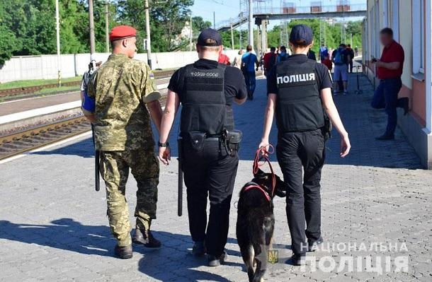 images201905Na zheleznoj doroge Doneckoj oblasti policejskie so sluzhebnymi sobakami budut iskat oruzhie i vzryvchatku.jpg 5