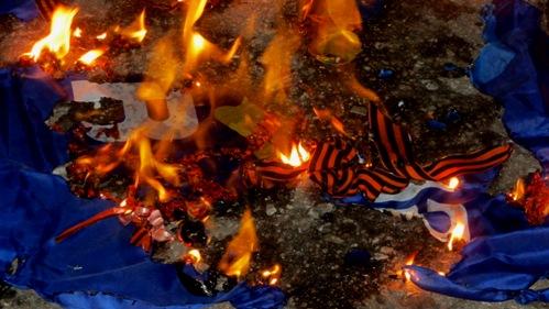 """Як у Краматорську """"свободівці"""" палили відібрані у """"ватників"""" георгіївські стрічки (ФОТО, ВІДЕО) - фото 1"""